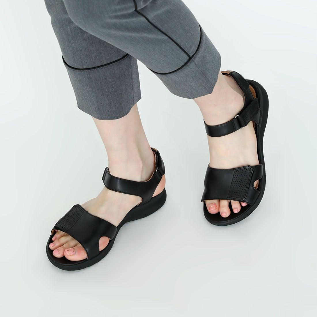 Clarks Un Adorn Calm Leather Sandals in Black