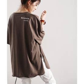 ショルダーロゴバックプリント サイドスリット入り無地クルーネックビッグシルエットTシャツ(半端袖) (ブラウン)