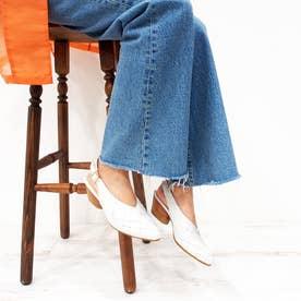 太目のメッシュ編みが特徴的なバックベルトパンプス (ホワイト)