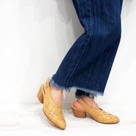 太目のメッシュ編みが特徴的なバックベルトパンプス (ベージュ)