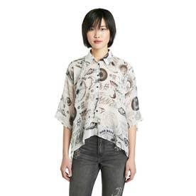 オーバーサイズシルエット&アシンメトリーなレディースショートシャツ (ホワイト)
