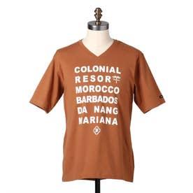 コロニアルリゾート タイポグラフィーTシャツ (キャメル)