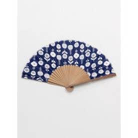 【カヤ】東欧風プリント竹扇子 袋付き ダークブルー